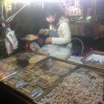 Puesto callejeron en el mercado Guanzhou