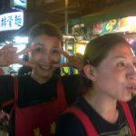 Dos simpáticas tenderas del mercado nocturno de Guanzhou