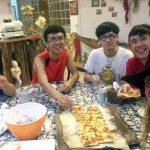 Tina, Michael, Ray y Huang, con la cena en la mesa