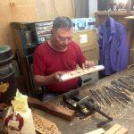 El artesano concentrado en su trabajo
