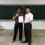 Iván entregándome el diploma enmarcado