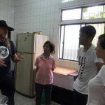 Explicando las preparaciones para la cena