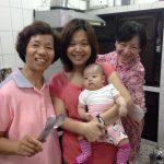 La abuela, Lee y Grace con la pequeña de la casa