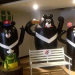 La entrada al hostel con los osos dando la bienvenida